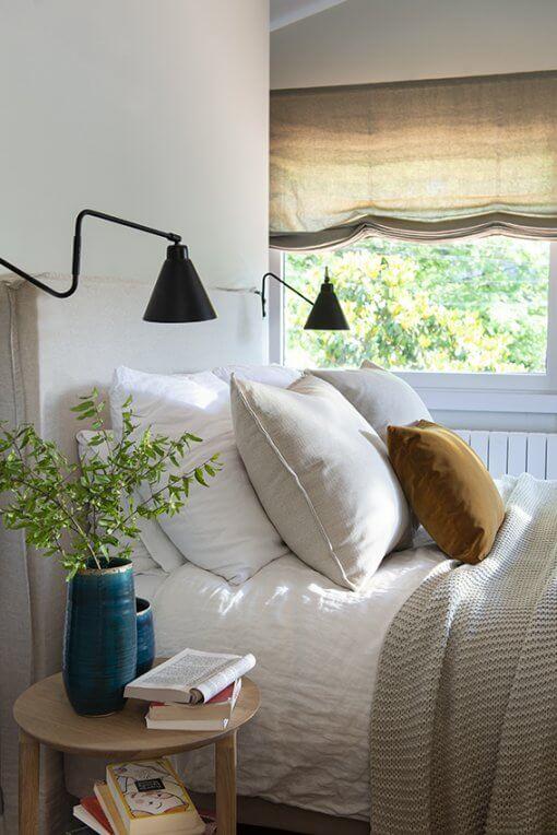 Dormitorio con cojines y nordico