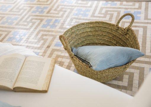 Cojín turquesa y capazo artesanos