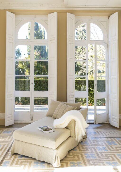 Chaise longue en lino y color tierra