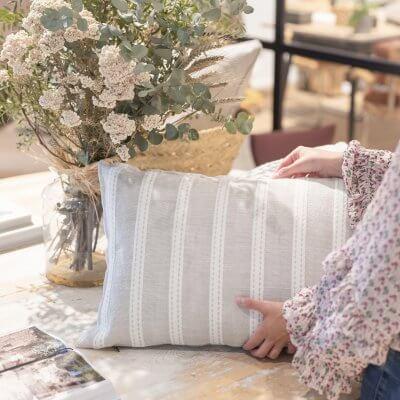 Cojín de rayas en lino natural