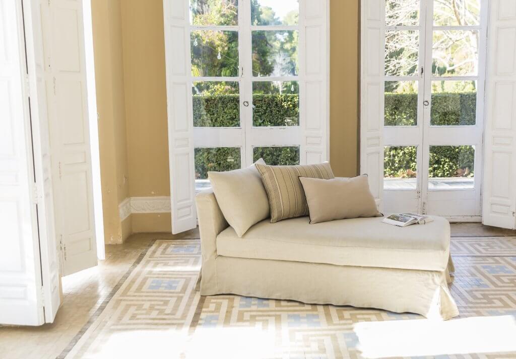 Chaise longue en lino con caída tonos tierra