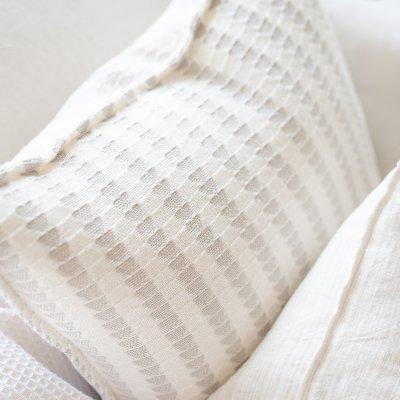 Cojín decorativo estampado gris y blanco